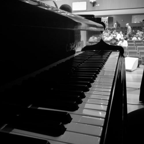 Detalhe do piano no auditório.