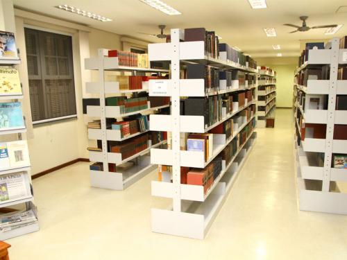 Biblioteca do SPS com mais de 30 mil volumes.